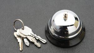 ホテル宿泊の際、外出時はカードキー(鍵)はフロントに預けないといけないのか?