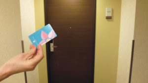 ホテルのカードキーを部屋の中に忘れてロックがかかった時の最速対処法